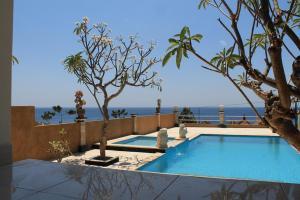 Het zwembad bij of vlak bij Barong Cafe Bungalow and Restaurant