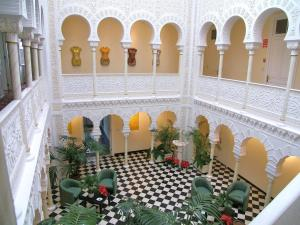A restaurant or other place to eat at Hotel Alhambra
