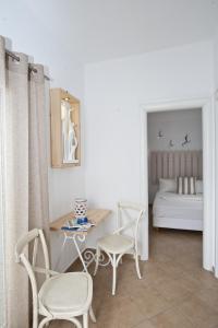 Ein Sitzbereich in der Unterkunft Yanna Luxury Suites (Asteri Suites)