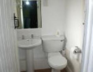 A bathroom at The Bulls Head Inkberrow