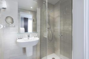 A bathroom at Hôtel International Paris