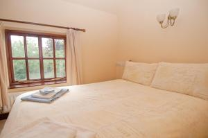 A bed or beds in a room at Hopley House Bed & Breakfast