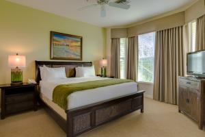 A bed or beds in a room at GreenLinks Golf Villas at Lely Resort