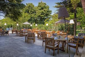 A restaurant or other place to eat at Crowne Plaza Bucharest, an IHG Hotel