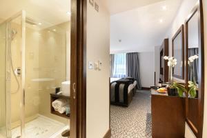A bathroom at Park Grand Paddington Court