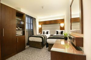 A bed or beds in a room at Park Grand Paddington Court