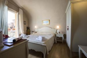 A bed or beds in a room at Relais I Miracoli Residenza D'Epoca