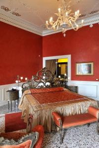 A bed or beds in a room at Grand Hotel Cadenabbia