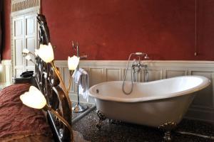 A bathroom at Grand Hotel Cadenabbia