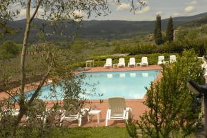 Vista sulla piscina di Relais Borgo Di Toiano o su una piscina nei dintorni