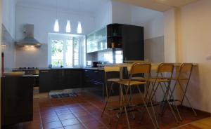 A kitchen or kitchenette at Yellow House Sintra