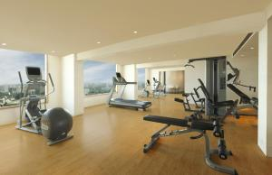 The fitness centre and/or fitness facilities at DoubleTree By Hilton-Pune Chinchwad