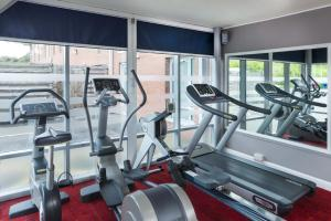 The fitness centre and/or fitness facilities at Park Inn by Radisson Birmingham Walsall