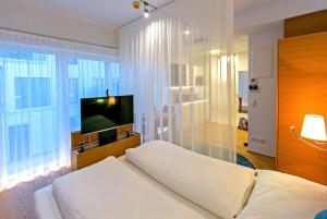 A bed or beds in a room at Getreidemarkt 10 Serviced Apartments - contactless check-in