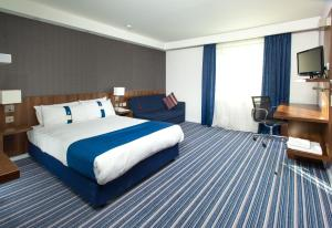 A bed or beds in a room at Holiday Inn Express Cambridge Duxford M11 Jct 10, an IHG Hotel
