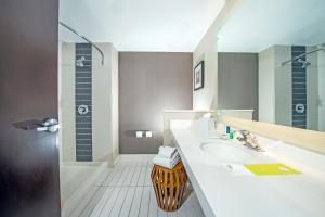 A bathroom at Four Points by Sheraton Las Vegas East Flamingo