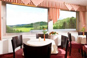 A restaurant or other place to eat at Seehotel am Stausee