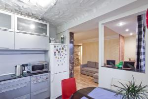 Кухня или мини-кухня в RentalSPb Family Apartment