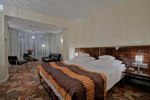 A bed or beds in a room at Hotel Rysy