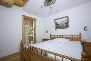 A bed or beds in a room at Hotel Garni Zimmermann