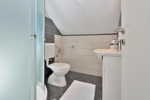 A bathroom at Apartments Donat