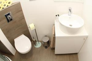A bathroom at Studio Apartments Mirakul