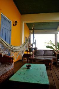 Ein Sitzbereich in der Unterkunft Germaican Hostel