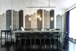 A restaurant or other place to eat at Gorki Apartments