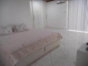 A bed or beds in a room at Praia Dos Milionários 75