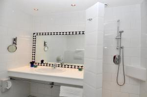 A bathroom at Hotel Herbergh Amsterdam Airport