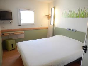 A bed or beds in a room at ibis Budget Pau Est