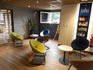 The lounge or bar area at ibis Budget Pau Est