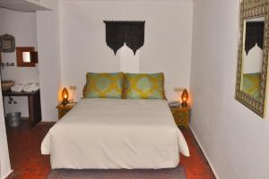 A bed or beds in a room at Hotel Blanco Riad