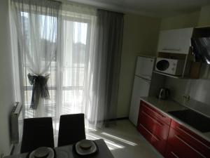 Кухня или мини-кухня в Apartment on prospekt Mira