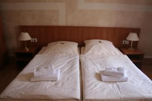 Ein Bett oder Betten in einem Zimmer der Unterkunft Landgasthof Hotel Rebe Alzey