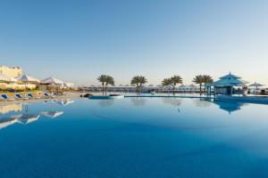 Бассейн в Concorde Moreen Beach Resort или поблизости