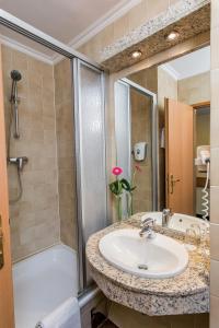A bathroom at Danubius Hotel Erzsébet City Center