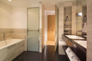 A bathroom at Hotel Marignan Champs-Elysées