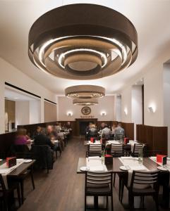 Een restaurant of ander eetgelegenheid bij Eden Hotel Früh am Dom