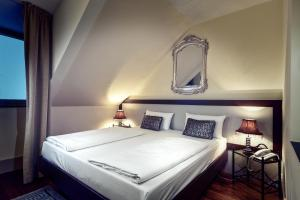 A bed or beds in a room at Hotel Ambiance Rivoli