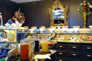 A restaurant or other place to eat at Hotel Ambiance Rivoli