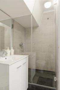 A bathroom at Feel Lisbon B&B