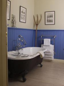 Salle de bains dans l'établissement Rathmullan House Hotel