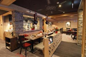 A restaurant or other place to eat at Hotel Central Wolter - Grindelwald