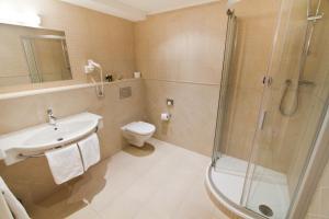 Un baño de Hotel Rott