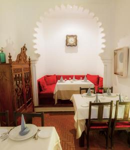 A restaurant or other place to eat at Hotel Blanco Riad