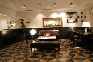 A seating area at Hotel Abest Meguro