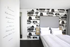 Ein Bett oder Betten in einem Zimmer der Unterkunft Grimm's Potsdamer Platz