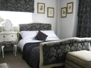 A bed or beds in a room at Holly Tree B&B