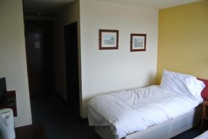 A bed or beds in a room at Pelham Hotel